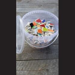 Mozaikové keramické střepy - mix barev, 2 kg kbelík