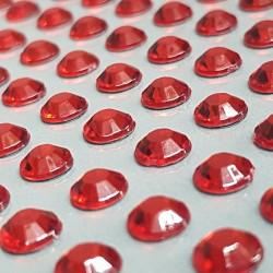 Červené nalepovací krystaly k dekorativnímu dotvoření, např. čelenek, prstýnků, pozvánek aj. Lepicí, nalepovací.