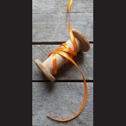 Atlasová stuha, oranžová, 6 mm x 32 m, vhodné pro dekoraci, dárková balení, scrapbooking a další kreativní tvoření.