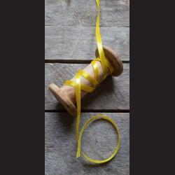 Atlasová stuha, sytě žlutá, 6 mm x 32 m, vhodné pro dekoraci, dárková balení, scrapbooking a další kreativní tvoření.