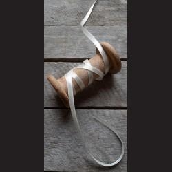 Atlasová stuha, perlová bílá, 6 mm x 32 m, vhodné pro dekoraci, dárková balení, scrapbooking a další kreativní tvoření.