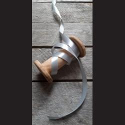 Atlasová stuha, perlová šedá, 12 mm x 32 m, vhodné pro dekoraci, dárková balení, scrapbooking a další kreativní tvoření.