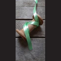 Atlasová stuha, pastelově zelená, 12 mm x 32 m, vhodné pro dekoraci, dárková balení, scrapbooking a další kreativní tvoření.