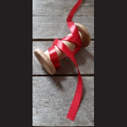 Atlasová stuha, červená, 12 mm x 32 m, vhodné pro dekoraci, dárková balení, scrapbooking a další kreativní tvoření.