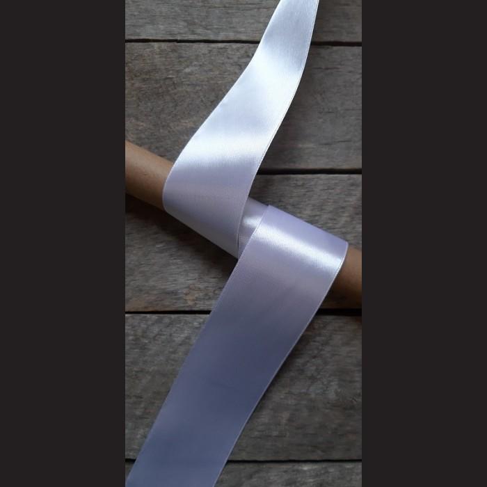 Atlasová stuha, bílá, 50mm, mašle, vhodné pro dekoraci, dárková balení, scrapbooking a další kreativní tvoření.