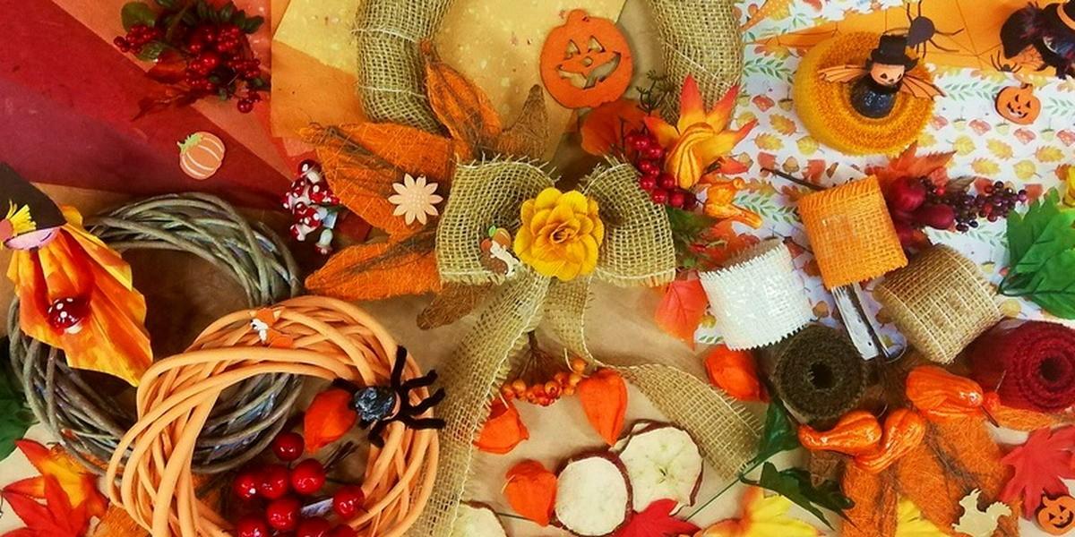 Podzimní dekorace, věnce, svíčky, stuhy